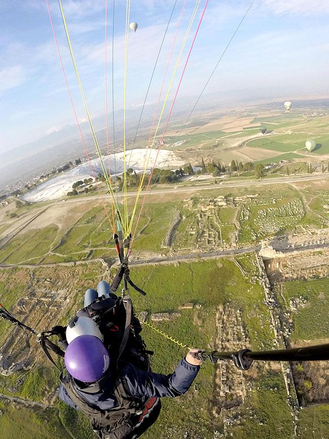 パムッカレ上空をパラグライダー